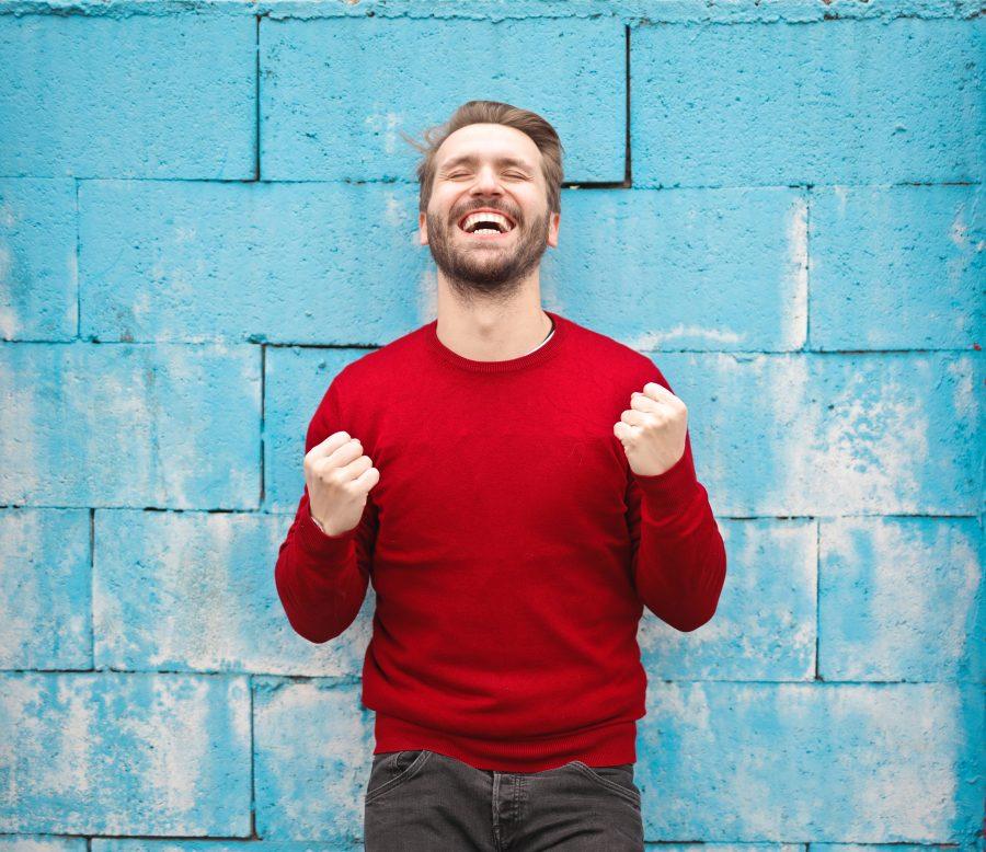 Homem feliz por estar se desenvolvendo
